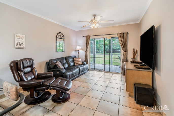 PROSPECT FAMILY HOME - DOUBLE LOT WITH POOL - Image 4