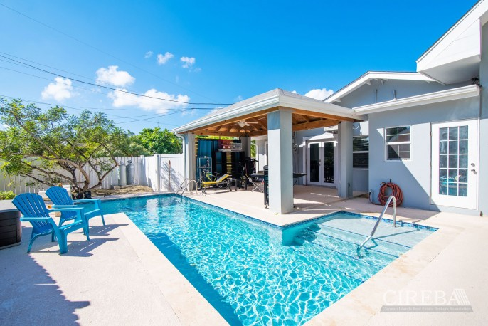 IMMACULATE THREE BED HOUSE WITH POOL AND TWO RENTAL UNITS - Image 1