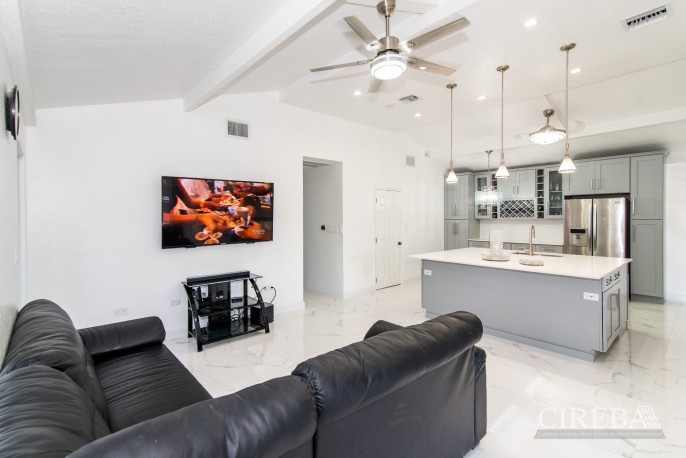 IMMACULATE THREE BED HOUSE WITH POOL AND TWO RENTAL UNITS - Image 6