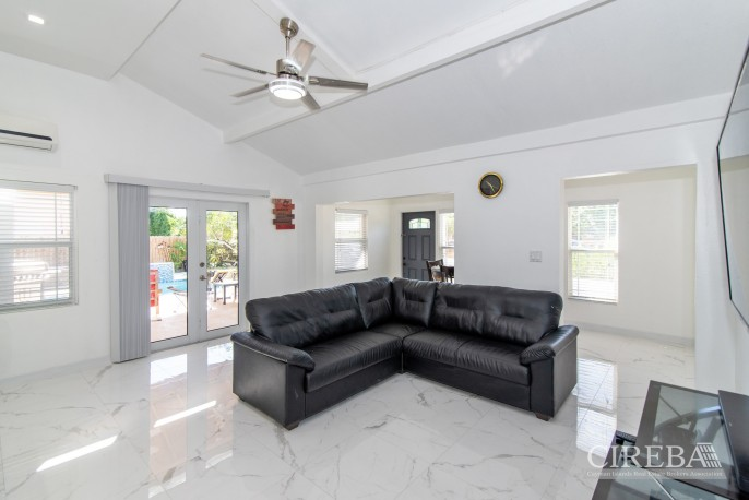 IMMACULATE THREE BED HOUSE WITH POOL AND TWO RENTAL UNITS - Image 7