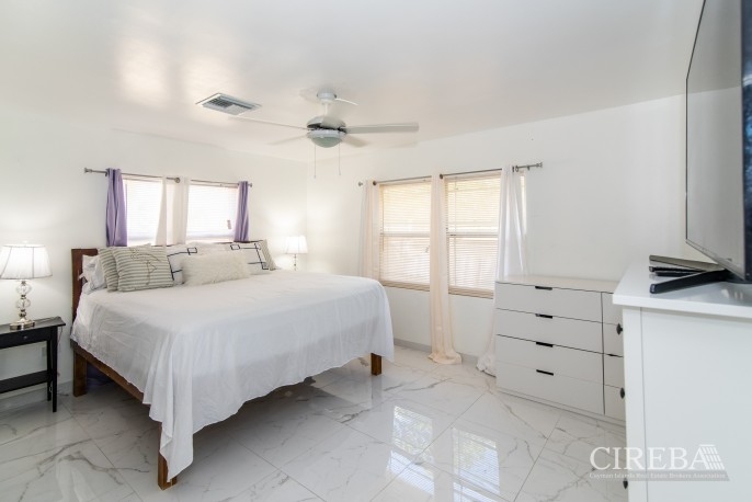 IMMACULATE THREE BED HOUSE WITH POOL AND TWO RENTAL UNITS - Image 12