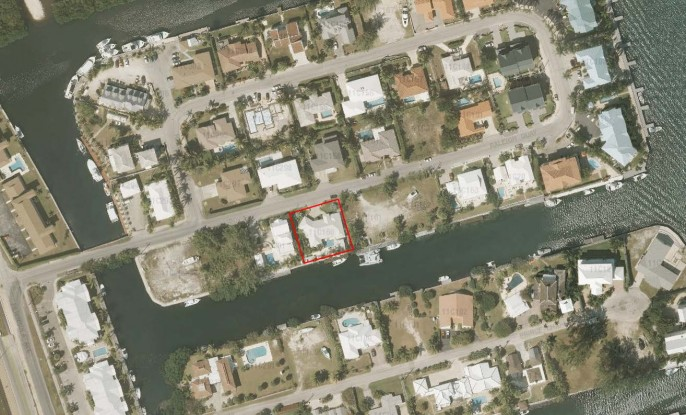 Perfect Location! #160 Raleigh Quay, Governors Harbour - Image 2